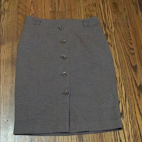 H&M Dresses & Skirts - Tweed fitted skirt with button detail